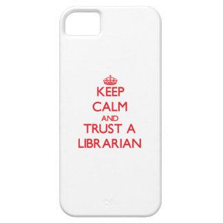 Guarde la calma y confíe en a un bibliotecario iPhone 5 fundas