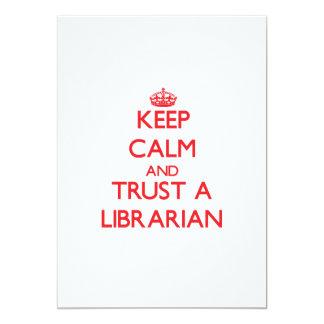 """Guarde la calma y confíe en a un bibliotecario invitación 5"""" x 7"""""""