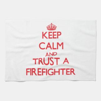 Guarde la calma y confíe en a un bombero toalla