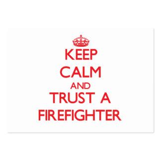 Guarde la calma y confíe en a un bombero plantilla de tarjeta de negocio