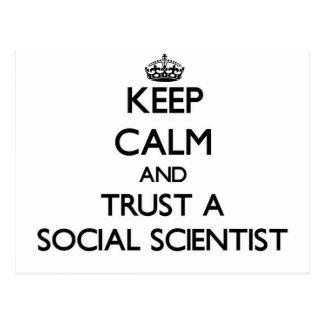 Guarde la calma y confíe en a un científico social tarjetas postales