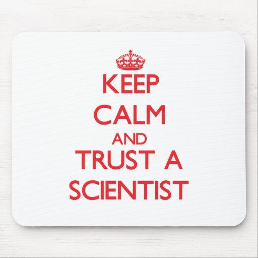 Guarde la calma y confíe en a un científico tapete de raton