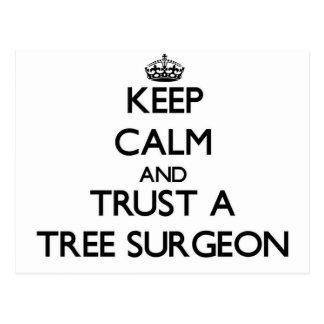 Guarde la calma y confíe en a un cirujano de árbol tarjetas postales