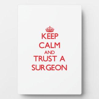 Guarde la calma y confíe en a un cirujano placa de plastico