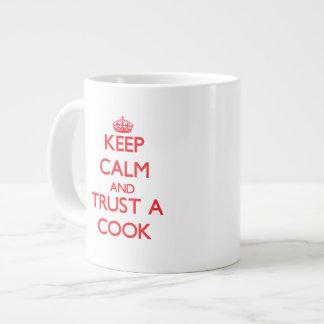 Guarde la calma y confíe en a un cocinero tazas extra grande