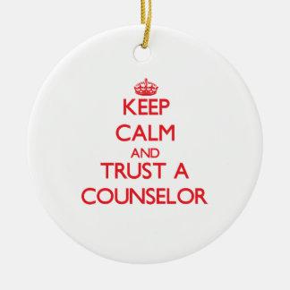 Guarde la calma y confíe en a un consejero adorno navideño redondo de cerámica