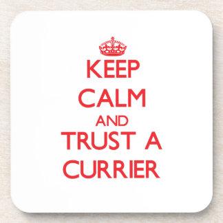 Guarde la calma y confíe en a un curtidor posavaso