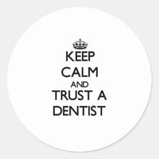 Guarde la calma y confíe en a un dentista pegatina redonda