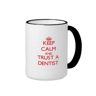 Guarde la calma y confíe en a un dentista tazas