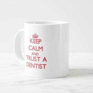 Guarde la calma y confíe en a un dentista taza jumbo