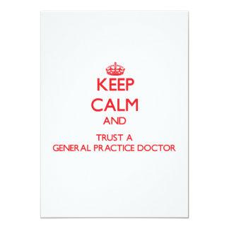 Guarde la calma y confíe en a un doctor de la invitaciones personalizada