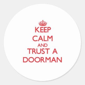Guarde la calma y confíe en a un Doorman Etiqueta Redonda