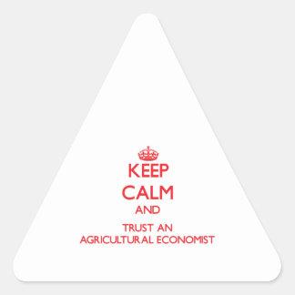 Guarde la calma y confíe en a un economista agríco pegatina de trianguladas