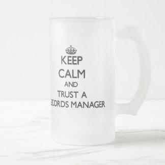 Guarde la calma y confíe en a un encargado de expe tazas