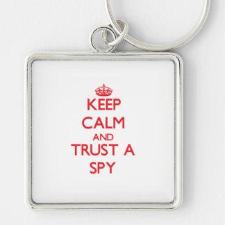 Guarde la calma y confíe en a un espía llaveros personalizados