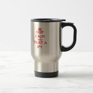 Guarde la calma y confíe en a un espía taza de café