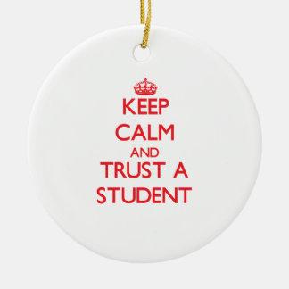 Guarde la calma y confíe en a un estudiante ornamento para reyes magos