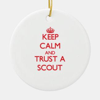 Guarde la calma y confíe en a un explorador adorno navideño redondo de cerámica