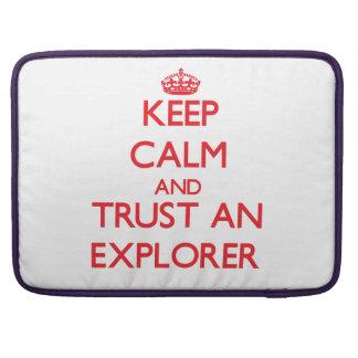 Guarde la calma y confíe en a un explorador fundas para macbook pro