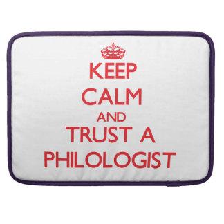 Guarde la calma y confíe en a un filólogo fundas macbook pro
