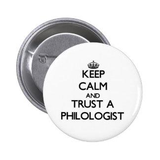 Guarde la calma y confíe en a un filólogo pin redondo 5 cm