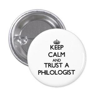 Guarde la calma y confíe en a un filólogo pin redondo 2,5 cm