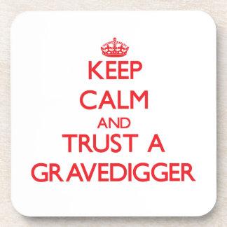 Guarde la calma y confíe en a un Gravedigger Posavasos De Bebidas