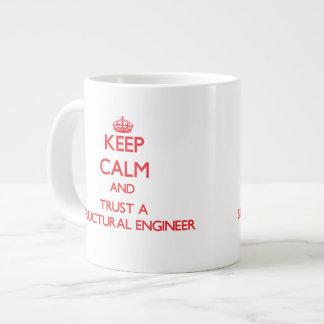 Guarde la calma y confíe en a un ingeniero estruct taza grande