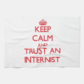 Guarde la calma y confíe en a un interno toalla de mano