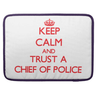Guarde la calma y confíe en a un jefe de policía funda para macbooks