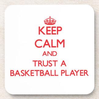 Guarde la calma y confíe en a un jugador de básque posavasos