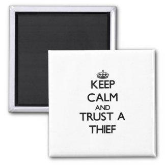 Guarde la calma y confíe en a un ladrón iman de nevera