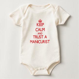 Guarde la calma y confíe en a un manicuro traje de bebé