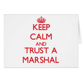 Guarde la calma y confíe en a un mariscal felicitación