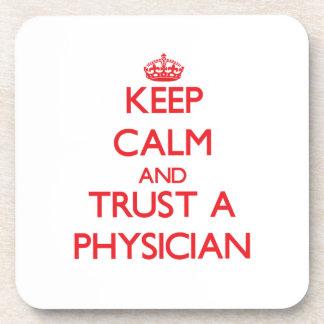 Guarde la calma y confíe en a un médico posavasos de bebida