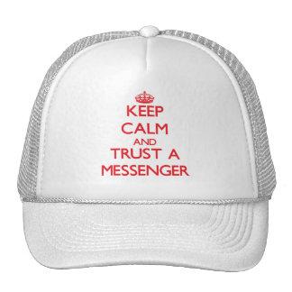 Guarde la calma y confíe en a un mensajero gorro de camionero