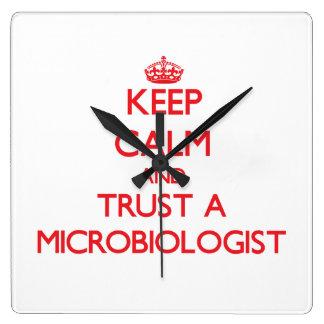 Guarde la calma y confíe en a un microbiólogo relojes de pared