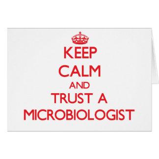 Guarde la calma y confíe en a un microbiólogo felicitacion