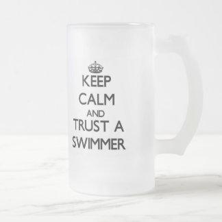 Guarde la calma y confíe en a un nadador tazas