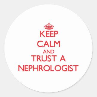 Guarde la calma y confíe en a un nefrólogo pegatina redonda