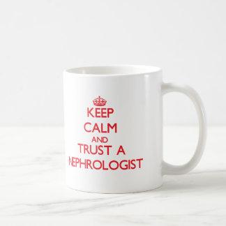 Guarde la calma y confíe en a un nefrólogo taza
