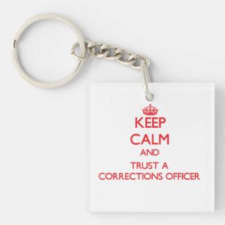 Guarde la calma y confíe en a un oficial de correc llavero cuadrado acrílico a doble cara