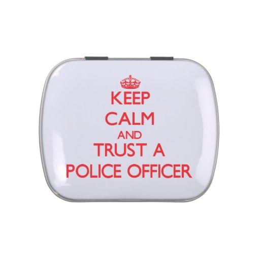 Guarde la calma y confíe en a un oficial de policí latas de caramelos