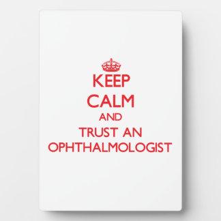 Guarde la calma y confíe en a un oftalmólogo placa