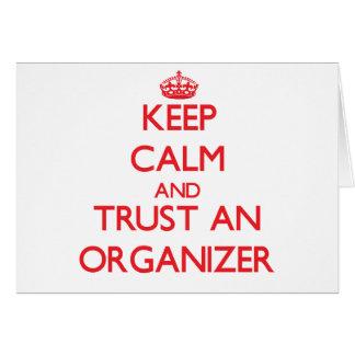 Guarde la calma y confíe en a un organizador felicitación