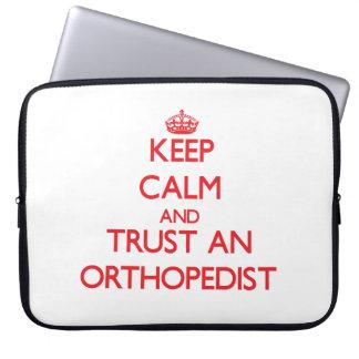 Guarde la calma y confíe en a un ortopedista funda computadora