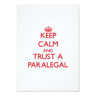 """Guarde la calma y confíe en a un Paralegal Invitación 5"""" X 7"""""""
