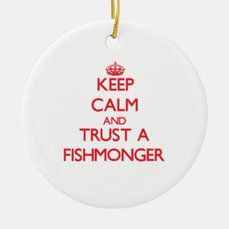 Guarde la calma y confíe en a un pescadero adorno redondo de cerámica