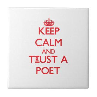 Guarde la calma y confíe en a un poeta azulejos