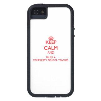 Guarde la calma y confíe en a un profesor de escue iPhone 5 Case-Mate carcasa